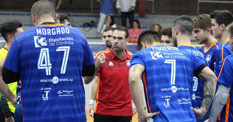 Víctor Montesinos arengando a sus jugadores. Foto: Lorena Cuevas / ARS