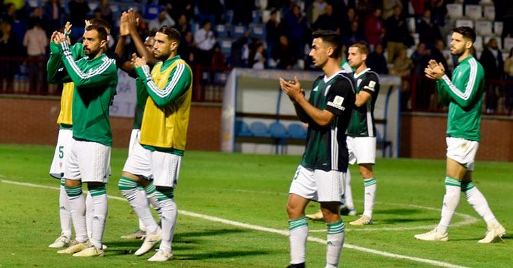 Moyano, Miguel de las Cuevas y varios jugadores más del Córdoba pidiendo perdón a la afición blanquiverde desplazada hasta Talavera.