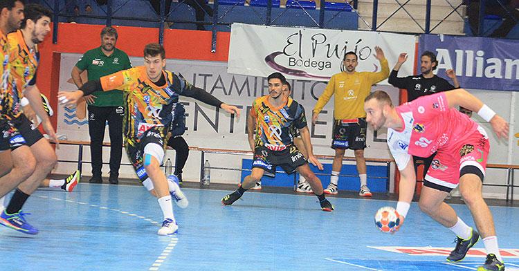 David Estepa intenta cerrar junto a Nuno y Marcio Da Silva
