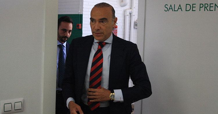 Luis Oliver accediendo a la sala de prensa de El Arcángel el día de su despedida