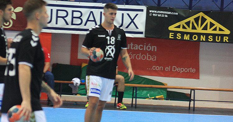 Pablo Martín con el balón en sus manos en un calentamiento previo al último partido en Puente GenilPablo Martín con el balón en sus manos en un calentamiento previo al último partido en Puente Genil