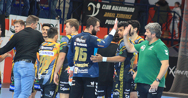 Paco Bustos estrecha su mano al aire con el meta bosnio Adi, entre la satisfacción generalizada del plantel tras derrotar al Cangas