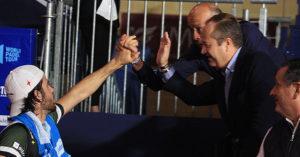 Javi Garrido estrechando su mano con José Carlos Gómez y Jesús Mérida