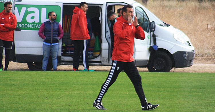 Raúl Agné dirigiéndose a sus hombres en mitad del entrenamiento
