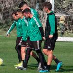 Sebas Moyano trasladando una portería con Raúl Cámara, Fernando Román y otros dos compañeros