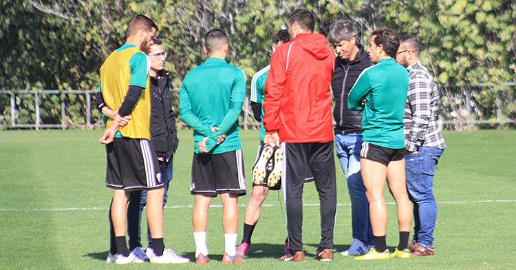 La reunión de pastores de los cinco capitanes con Alfonso Serrano, Jorge Rodríguez de Cózar y Raúl Angé al término del entrenamiento