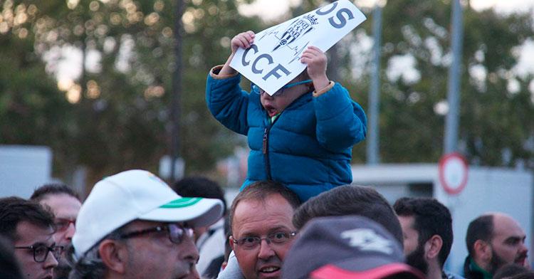 El cartel de SOS que porta el niño a hombros de su padre representa la sensación del cordobesismo