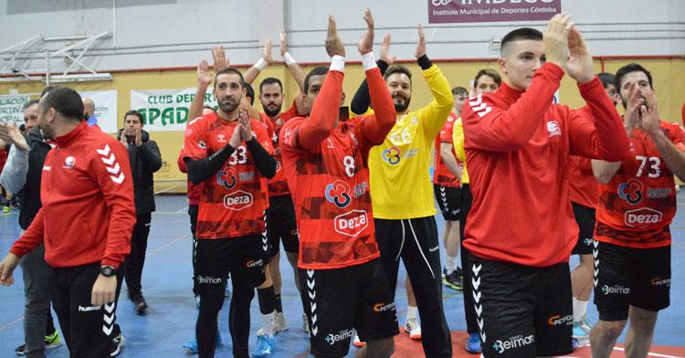 Los jugadores granates aplauden a la grada de Fátima tras su victoria. Foto: Cajasur CBM