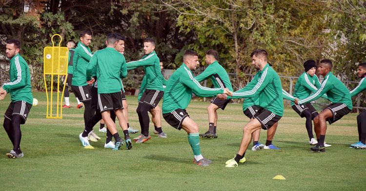 Xavi Molina, en el centro, en pleno ejercicio de fuerza. Foto: Córdoba CF