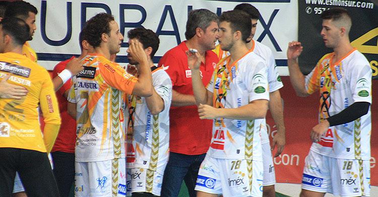 Sergio Barros saluda a un compañero con Paco Bustos al fondo y Pablo Martín, que definitivamente dice adiós a la temporada, a la derecha