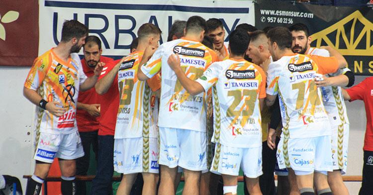 Los jugadores del Ángel Ximénez rodean a Paco Bustos en un tiempo muerto