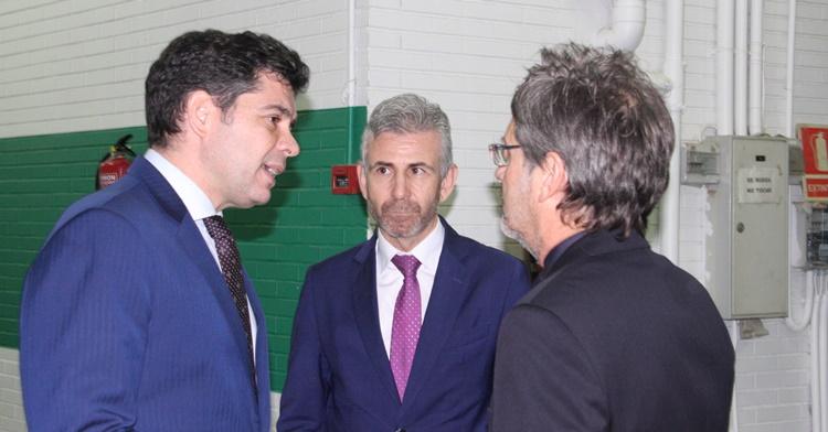 Francisco Estepa departiendo con el agente argentino Hugo Testino.