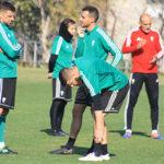 Imanol García departiendo con Xavi Molina a la conclusión del entrenamiento