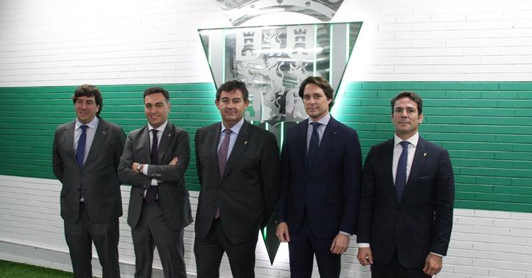 Los nuevos miembros del club posan junto al escudo del Córdoba CF. Autor: Paco Jiménez