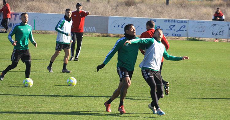 Luis Garrido pugna con Jesús Álvaro por la posición ante un balón aéreo con Raúl Agné al fondo.