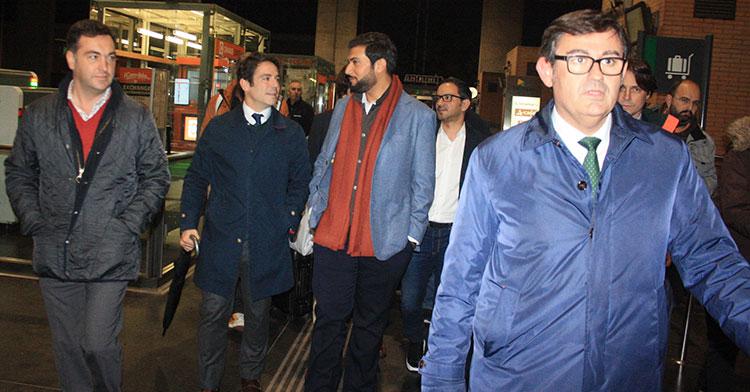 Javier González Calvo, a la derecha, con Abdulla Al Zain al fondo acompañado por los consejeros Antonio Palacios y Miguel Gómez.