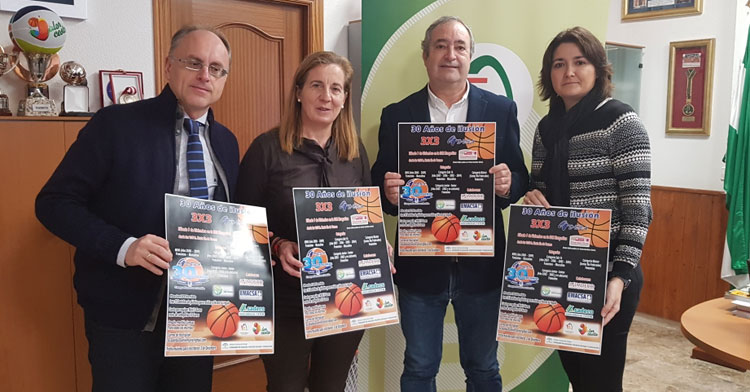 El presidente de la FAB, Antonio de Torres, acompañado de la presidenta del Club Adeba, Pilar Carmona, del secretario general de la FAB, Antonio Guillén, y de Toñi Lumbreras, también representante de Adeba