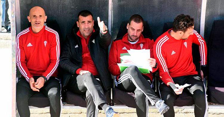 Raúl Agné dando instrucciones desde el banquillo junto a su cuerpo técnico
