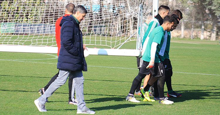 Alfonso Serrano en uno de los últimos entrenamientos antes de las vacaciones navideñas retirándose de la Ciudad Deportiva junto a Arnau Sala.