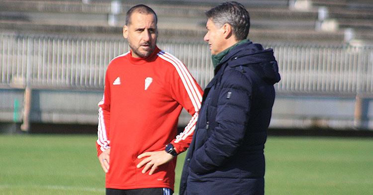 Arnau Sala cambiando impresiones con el director deportivo, Alfonso Serrano.