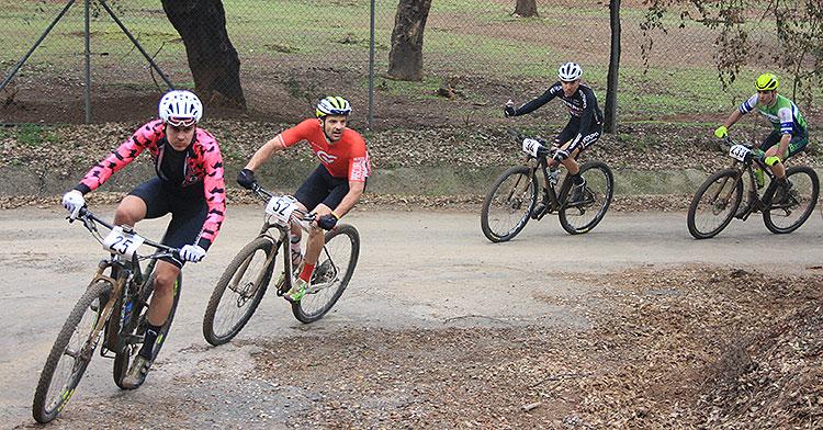 Varios bikers afrontando una curva del recorrido de la etapa maratón de 2019.