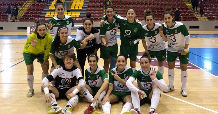 Las jugadoras del Cajasur en la pista de Vista Alegre celebrando la victoria