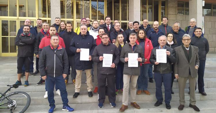 Los clubes en su protesta en el Ayuntamiento este miércoles