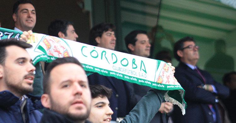 Los nuevos consejeros del Córdoba junto al alcalde