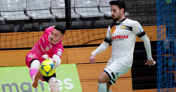 Cristian Ramos despeja un esférico ante la presión colomense