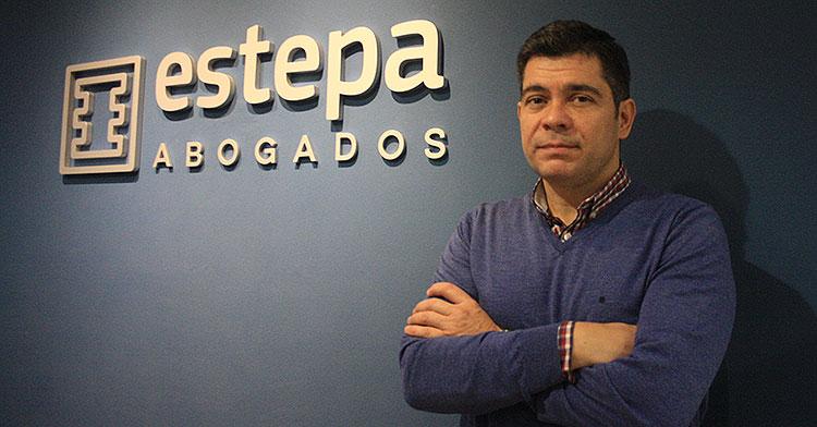 Francisco Estepa en su despacho profesional.