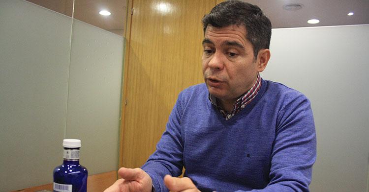 Francisco Estepa gesticulando en un momento de la entrevista.