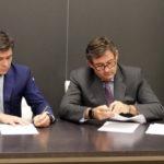 Francisco Estepa y Javier González rubricando el acuerdo. Foto: Córdoba CF