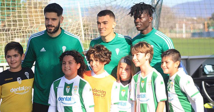 Fernando Román, Edu Frías y Djetei haciendo felices a un grupo de jóvenes cordobesistas