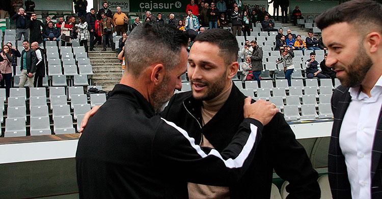 Florin Andone saludando a Abel Gómez en su reencuentro en El Arcángel