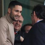 Florin Andone saludando a Javier González en el momento que fue presentado por Antonio Prieto en el palco de El Arcángel