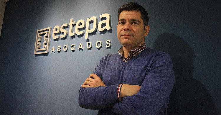 Francisco Estepa posando en su despacho de abogados.