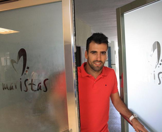 Juan Fuentes saliendo por la puerta del Colegio Cervantes de los Maristas