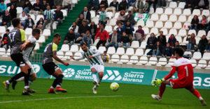 Miguel de las Cuevas empalando el balón con marchamo de gol