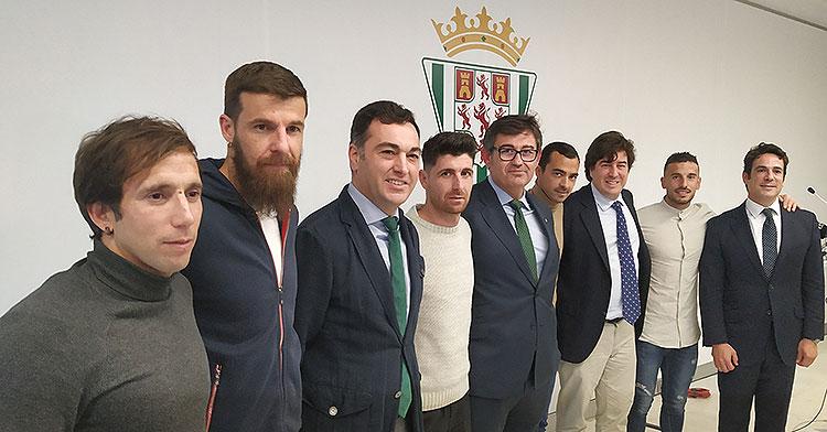 El nuevo consejo de administración del Córdoba CF, encabezado por Javier González Calvo, junto a los capitanes de la primera plantilla enviaron su mensaje de unión en la comida de Navidad del club