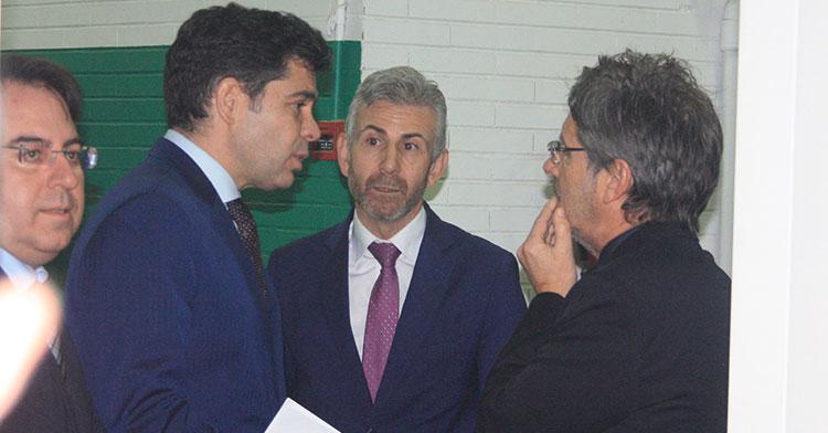 Paco Estepa y Javier Bernabéu departiendo con el agente argentino Hugo Testino, con Juan Ramón Cuadros a la izquierda.