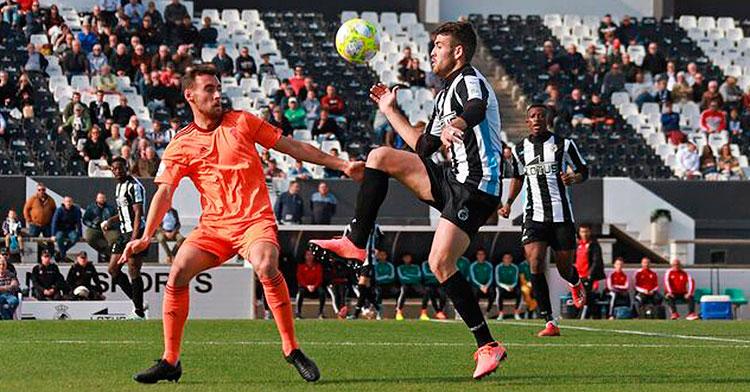 Imanol García tapa a un jugador de La Balona que intenta bajar el esférico al piso