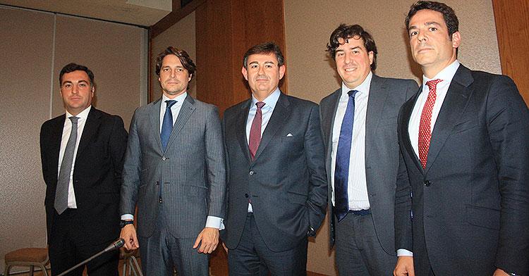 De izquierda a derecha Miguel Gómez, Adrián Fernández, Javier González, Jesús Coca y Antonio Palacios, los cinco componentes nacionales del futuro consejo de administración al que se unirían dos llegados desde Baréin.