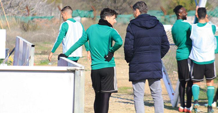 Javi Flores charlando con el director deportivo, Alfonso Serrano