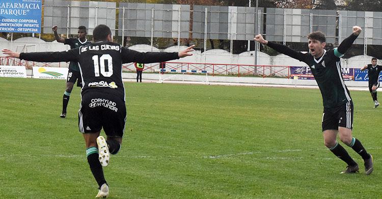 Javi Flores alza sus brazos para celebrar el gol de Miguel de las Cuevas que sale a la carrera