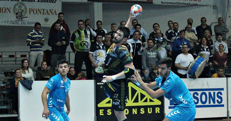 Javi García arma el brazo tras dejar atrás a dos jugadores del Sinfín