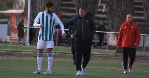 Javi Moreno saludando a uno de sus ex pupilos en el Córdoba CF