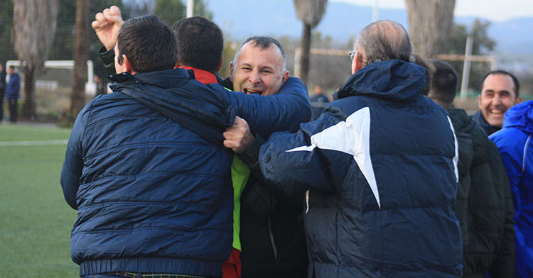 Javi Moreno abrazado a su cuerpo técnico celebrando la borrachera de goles del segundo tiempo
