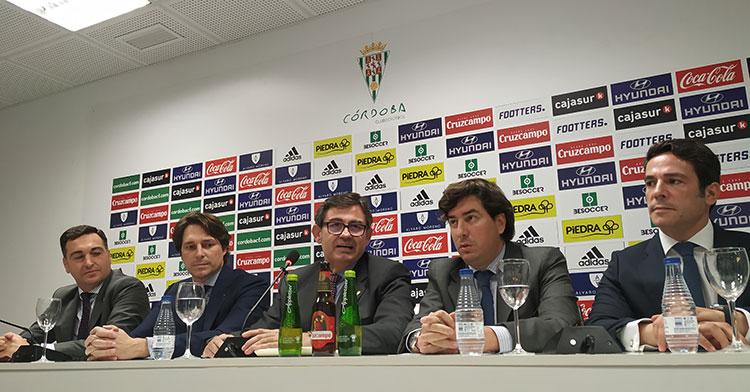 Javier González en el centro de la mesa de la sala de prensa acompañado por Jesús Coca, Adrián Fernández, Miguel Gómez y Antonio Palacios