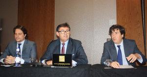 Los representantes de Infinity, con Javier González en el centro, Jesús Coca a la derecha y Adrián Fernández Romero a la izquierda