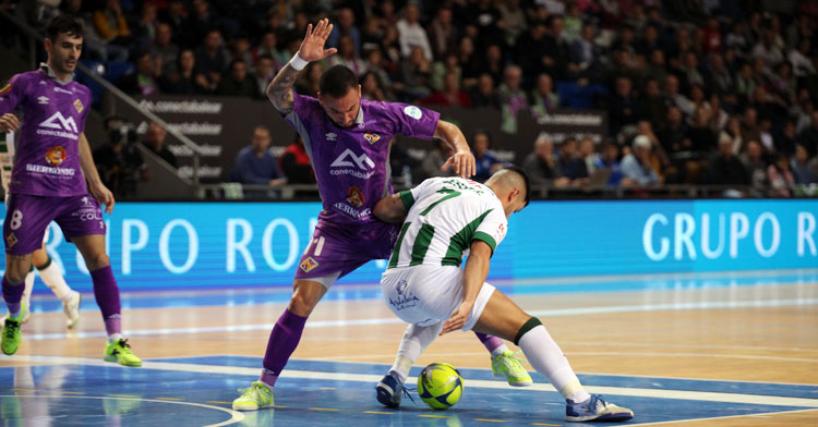Jesús Rodríguez intentando dominar la bola. Foto: Palma Futsal